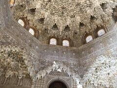 北側にある二姉妹の間はライオンの中庭を取り囲む部屋の中で最も古い。天井にある八角形の鍾乳石飾りは5416の断片からなる精密な作品で、宮殿随一の美しさ。