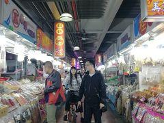 近くの観光市場へ寄ってみる。  ここでチャリって・・・サスガッス!(笑)  意外にここで何も魅かれるものがなく・・退散^^;