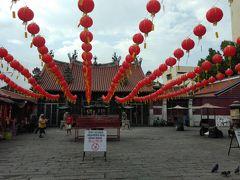 観音寺。 参拝客の絶えない中国式寺院です。