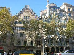 バルセロナの高級住宅地だったアシャンプラのグラシア通り沿いに建つこの邸宅は、大繊維業者ジュゼップ・バトリョ・イ・カザノバスの依頼を受け、1904年から1906年にかけて、ガウディが改築したもので、2005年に世界遺産となりました。 ちなみに、左隣は三大モデルニスモ建築家の一人であるジュセップ・プッチ・イ・カダファルクによる邸宅です。(こちらも内部見学してきましたので、別旅行記で紹介予定です。)