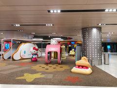 半年前から予約していたシンガポールクルーズ旅行。出発直前にクルーズ欠航になるものの、航空券の補償は無しとの連絡が。 自腹で航空券をキャンセルするか悩みましたが、シンガポール政府は日本からは渡航禁止にしていなかったため、のんびりとホテルステイを楽しむことにしました。  出発日は通常通り出勤し、深夜便でシンガポールに向かいました。 【シンガポール航空】SQ11 20時25分羽田出発               03時05分チャンギ国際航空到着  機内では娘のみ横になって眠りました。CAは子供に親切で、娘に先に食事を提供したり、おもちゃをプレゼントしてくれました^^
