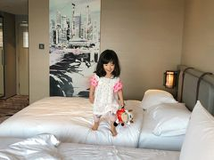 ★シンガポール1日目★  ホテルに到着。空港からホテルまではMRTを使用しました。 泊まったホテルはスイソテル ザ スタンフォード シンガポールです。 【公式ホームページ】 https://www.swissotel.jp/hotels/singapore-stamford/   本当はマリーナベイサンズも捨てがたかったけど、市街地から離れていることと、事前情報でプールが混むtあったので、こちらのホテルにしました。  ホテルは駅から直結で、ショッピングモールとも連結していたので便利でした。 途中で子供の水着を買い足したり、朝食もホテルの下のモールで調達しました。
