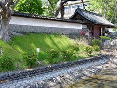 上田藩主居館跡。 居館跡地そのものは学校の敷地になってしまっていて、館の門は校門として使われているらしい。