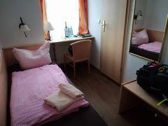 フランクフルトに到着後列車でリューデスハイムまで移動しました。 宿はHistorisches Hotel Weinrestrant Zum Grumenkranz. 2泊朝食付きで119.8ユーロでした。