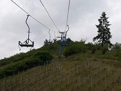 これに乗って丘の上を目指します。ブドウ畑の上を通るから晴れていたら気持ち良いだろうな~。雨が止んでいたのはラッキーでした。チェアリフトは8.6ユーロでした。