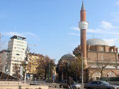 □歴史の街ソフィアを観光  チケットを買った足でソフィア観光に出掛けることにした。まずは中心部にあるバーシャバシジャーミィへ。モスクの丸いドームとミナレットは中心部のどこにいても確認することができる。ブルガリア正教徒が9割近くを占めるブルガリアにおいて、モスクは貴重な存在。いまもモスクの周りにはイスラム教徒が住まうという。
