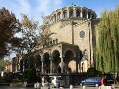 □歴史の街ソフィアを観光  スヴェタネデリャ広場という、ソフィアの中心地へ向かう。真ん中には広場の名前と同じネデリャ教会がある。石造りのブルガリア正教の教会で見事だった。引き続きソフィアの街を南進してゆく。