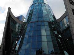 ガラスの円錐の入り口のある建物。
