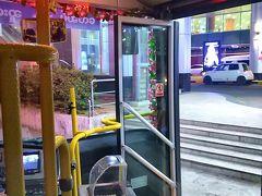 ホテルは市内中心部。エアポートバスで向かいます。 タクシーでも良かったのですが、メーター無いので交渉めんどくさいし、大体ボッてくるし、これを逃したらもう二度とミャンマーでバスに乗ることもないんだろうな、と思い、バスを選択。(安いから、という理由が80%を占めることは公には言いますまい(笑))  乗場近くにいた係員らしき兄ちゃんとバスの運転手双方に予めネットで探した停留所一覧が書かれた写真を見せ、目的地を確認して乗車。 (2ルートあるので注意。ただ、町の中心部まで行ければOKと言う方は、終点は双方同じらしいので、どっちでも良いかもしれません) エアポートバスとはいえ、ほぼほぼローカルのバスなので、地元民もフツーに乗ってるし、スーツケースが置きやすいように、などという工夫は一切されていませんので注意。(されているやつもあるかもしれませんが)  タクシーだと市内まで、10000~15000MMK(ミャンマーチャット)。 大体日本円で700~1200円ぐらい。 日本と比較したらこれでも相当安いのですが、バスだと、なんと一人500MMK。(約40円!!) そんなんもう、バス一択やん(笑)。 ただし、お釣りは出ませんので注意。 運が良ければ運転手さんや係のお兄ちゃんが持ってたりもしますが、私はATMでお金をおろした後、目の前にあるコンビニで飲み物を買ってくずしておきました。  日本みたいなアナウンスなんかはもちろん皆無。 ヤンゴン名物の渋滞に阻まれながらも、クラクションを鳴らしまくりながらバスは進みます。 ある意味この国の運転手の技術はハンパ無いのかもしれないな、と思いつつ、片手でスーツケースを支え、もう片方でgooglemap(スマホ)と現在地をにらめっこする私。 1時間程そんな状態が続き(笑)、無事ホテルに到着です。