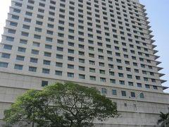 【Sule Shangri-La Yangon】(写真は翌日撮影)  ミャンマーのホテルがどんな感じなのか、町の治安も含めよくわからない+母親同伴ってこともあり、ある程度のランクのホテルであること、町の中心部にあり、目の前にエアポートバスのバス停があること。 そしてショッピングモール併設(スーパー有)というのが決め手となり、予約したのがこちらのシャングリラホテル。 2泊ツイン朝食無しで24000円程(by Expedia)。 いやもう、一人旅だったら絶対泊まらない(泊まれない)プライス。 安全と便利をお金で買ったと思うことにしていましたが、結果的に超便利でここにして良かったです。 ちなみにこちら、シャングリラグループ内で最も安く泊まれるシャングリラホテルと言われているそう(笑)