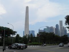 続いて向かったのは有名なホテルだが、その向かいに戦争記念碑があった。