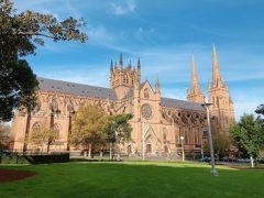 「セントメアリーカテドラル」 シドニーですごく楽しみにしていたスポット。秋晴れの空と、少し黄色に紅葉してきた木々、緑の芝生とのコントラストが期待以上の景色へと大聖堂を彩ってくれました。