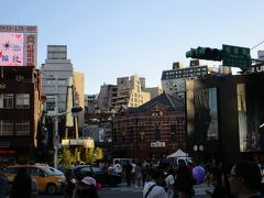 台北捷運(MRT)西門駅前に位置する、西門町のランドマークこと赤レンガ造りの「西門紅楼」。 もとは日本統治時代の1908年に市場として建設され、現在は劇場として親しまれています。