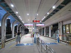 淡海ライトレール紅樹林駅のホーム。 ちょうど崁頂行きの電車が出たところで、15分ほど次の電車を待ちます。