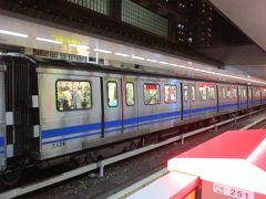 すっかり暗くなった紅樹林駅から、再び台北捷運淡水信義線で台北市内へ。 淡水始発の電車がかなり混んでいたので、途中の北投で同駅始発の電車に乗り換えて座席を確保しました。