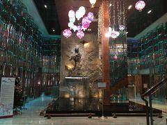 高雄駅でMRTに乗り換え、塩?結埔駅2番出口より徒歩約5分で「シャトー・デ・シン高雄」に到着。豪華なロビーで高級感のあるホテルです。