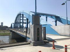 丸子橋 東京都大田区と神奈川県川崎市の間に架かる橋です。 河口から13 km、鉄道橋を除けばガス橋と二子橋の中間にあります。 近接して上流側に東急東横線・東急目黒線の通る橋梁、下流側に東海道新幹線の橋梁があります。