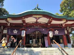 浅間神社拝殿/古墳の上に建っているそうです!! 拝殿の位置が後円部で、奥に向けて前方部となるようです。古墳の規模は、後円部の直径32m、全長60mほどの一段築成の前方後円墳であると推定されています。 昭和の拝殿改築の際、5世紀末から6世紀前半にかけての人物埴輪や動物埴輪などが出土しました。この古墳は、「浅間神社古墳」と呼ばれます。 「多摩川台古墳群」や「亀甲山古墳」と同じ舌状台地上の東南の先端にあたります。