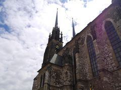 聖ペテロ聖パウロ大聖堂. 当初はロマネスク様式の建物でしたが、その後ゴシック様式の教会に改築され、1909年にはネオゴシック様式の2つの塔が加わり完成となったそう。