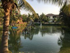 ホテル「バーンタイハウス」に到着 よくわからなかったけれど普通に住宅が立ち並ぶ更に奥にあるホテルでした。 広い敷地内には大きな池がありました。