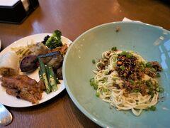 今日も朝から充実した朝食を堪能。 担々麺、粽、鶏の足、ふかし芋などの中華料理三昧。