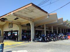 1/25 タイピンから2時間ほどの旅で、イポー駅近くのバスターミナルに着きました。 Medan Kiddバスステーション、古びたバスターミナルです。