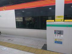 成田空港駅に到着しました。 いつの間にか大阪にあるような鉄線のホームドアが設置されていました。