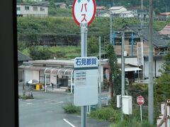 石見都賀駅はちょっと奥の方。当然、線路沿い。  石見都賀駅は、廃止の前には、三江線内では貴重な?列車の行き違い設備がある(撤去されていない)中間駅でしたが、数年前の時点では、設備はあるものの実際の行き違いは行われていなかったと記憶しています。 この他の行き違い設備のあった中間駅は、石見川本、浜原、口羽、式敷。 距離のバランスなどを考えると、川戸駅ぐらいには設備を残しておけば、江津~石見川本間だけでももうちょっと残ったのでは、とか時々考えたりもするのですが。
