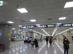 釜山空港に到着して入国審査。新型肺炎が広まりつつあることから、入国の際の検疫にはサーモグラフィーがありました。