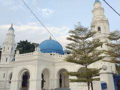 近くにPanglima Kinta Mosque、 白い建物に青いドームが生えるモスク。