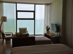 ホテルは『フュージョンスイーツダナンビーチ』へお泊り。 一人旅にはあまりにも広い部屋でした。 但し、禁煙。す~族には厳しいけど、まぁ最近は当たり前か・・・ 一階入り口部に灰皿があります。