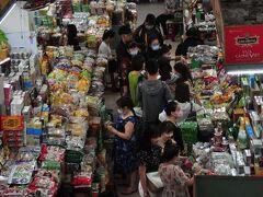 ハン市場内。お菓子・食糧品・服etc.まさにゴチャゴチャ状態。 まさに今でいう三密状態。