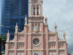ダナン大聖堂。ピンク色の建物。 中にはタイミング悪く入れませんでした。
