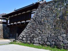 小諸城大手門 大手門は、三の門から、線路を挟んだ場所にある。 大手門の位置は、本丸により近い三の門より高い場所にあり、通常の城では有り得ない。
