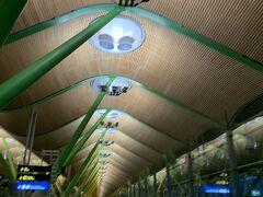 アドルフォ・スアレス・マドリード=バラハス空港に着きました。 長い名前~。 ウェーブの屋根が特徴てきです。 後々バルセロナとかで見るガウディ建築も層だけど、スペインって曲線多かった気もする。