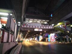 サイアムスクエアーも御覧の通り夜7時頃の風景。 バンコク1の繁華街も御覧の通り人気が無く、バンコクの金融事態令は徹底していた。