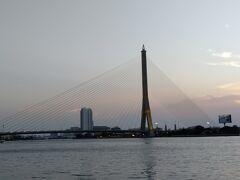 近くのチャオプラヤ川にかかるハープ橋、ラーマ8世橋、バンコクには美しい橋が沢山ある。