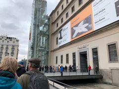 プラド美術館は月曜~土曜は18:00~20:00、日曜・祝日は17:00~19:00に無料チケットが配られるとのことで、いざ出陣。 無料入館に並ぶ列。30分前には到着したけど、すごい並んでました。 17時になったらチケットが配られ案外するする入れます。 正直、ルーブル美術館とかのが混んでて無料時間で十分満足できる感じ。 「ベラスケスが見れたらいいな」と思っているレベルの人間ですので満足。