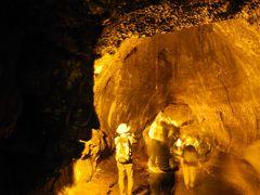 流れ出た溶岩の表面が冷えて固まり、熱されたままの溶岩が通り過ぎることで洞窟状になるのだとか。