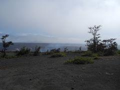 噴火口から蒸気が上がっています。