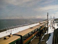 海のすぐ横に駅があります。