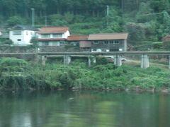漠然と目についた建物を撮ってみただけなのですが、 江平駅はもうちょっと進んだところにあります。 江の川を渡る橋もあり、対岸(このときバスが走る広島県側)から向かうこともできるようです。 が、今は行っても列車は来ないわけで、むしろ江平駅側から国道側に来るのか。