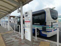 こうして、三次駅前に到着しました。 グリーンロード大和から、停留所は70近くにもなるようですが、このバス、ここが終点ではなく、大きな病院とかを経由して、工業団地まで行くらしいです。  こうして、三江線廃止約1年5ヶ月後の様子を、バスの中から眺めてきたのでした。 本当に通っただけで、近くすら通っていない駅も多いわけですが。  そういえば、三江線に初めて江津から乗ったときも、江津を出た当初はやる気十分、興味津々だったけれども、後半、式敷あたりから先では、だいぶ疲れてきて、徐々にトイレに行きたくなったこともあって(当時の車両にはトイレがなかった)、気もそぞろになっていたなあ、とか、思い出したのでした。   この先の様子(一応まだあります)は、また別の旅行記で。