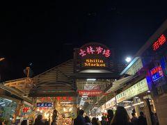 ブラブラしながらメインの士林市場に到着。 一階はゲーム屋さん中心、地下に美食区というフードコートのようなものがあります。
