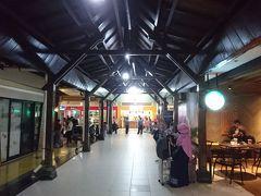 20時(バリ島との時差-1時間)、ジョグジャカルタ市近郊のアジスチプト(Adisutjipto)国際空港に無事到着。  まずは到着口を出て通路のいちばん奥にあるATMルームでクレジットカードからキャッシング(100,000ルピアずつ2,000,000ルピア(1ルピア=0.00785円として15,700円)限度、別途ATM利用手数料216円)。  そして手前にあるタクシーカウンターにて、ボロブドゥールまでのタクシーを手配します(255,000ルピア=約2,000円)。
