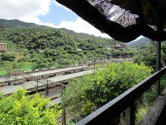 猴トン駅の駅舎から、跨線橋を渡って線路を越えた南側の集落が、目指す猴トン猫村です。