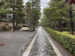 大徳寺に入ると細長い道があります。