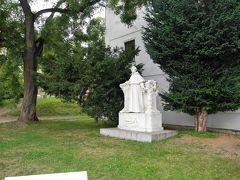 メンデルは、ブルノの修道院の司祭の傍ら、その修道院前の広場でエンドウ豆の研究を重ねたのだそうです。 この方、メンデルさま?