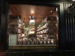 「ギャラガーズステーキハウス」でディナー。 熟成肉が外から見えるところに並んでいます!