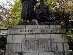 円山公園の東側、料亭『いそべ』の手前に立派な『坂本龍馬と中岡慎太郎』の銅像がありました。  坂本龍馬と中岡慎太郎は共に、ここ京都の『近江屋』で暗殺されています。 幕末の志士達の活躍の場でもあった東山地区で若くしてこの世を去った二人が、毎年、この素晴らしい桜を楽しむことができるということに私の心が和みました。